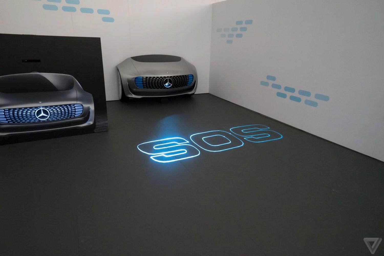 Mercedes F 015 может делать лазерные надписи собой
